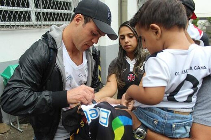 Kleber Gladiador distribui autógrafos em São Januário (Foto: Reprodução / Twitter)