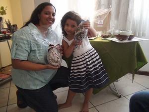 Dani com a filha, a pequena Nailah, de quatro anos (Foto: Ruan Melo/ G1)