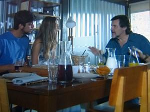 Lili coloca LC contra a parede (Foto: Além do Horizonte/TV Globo)