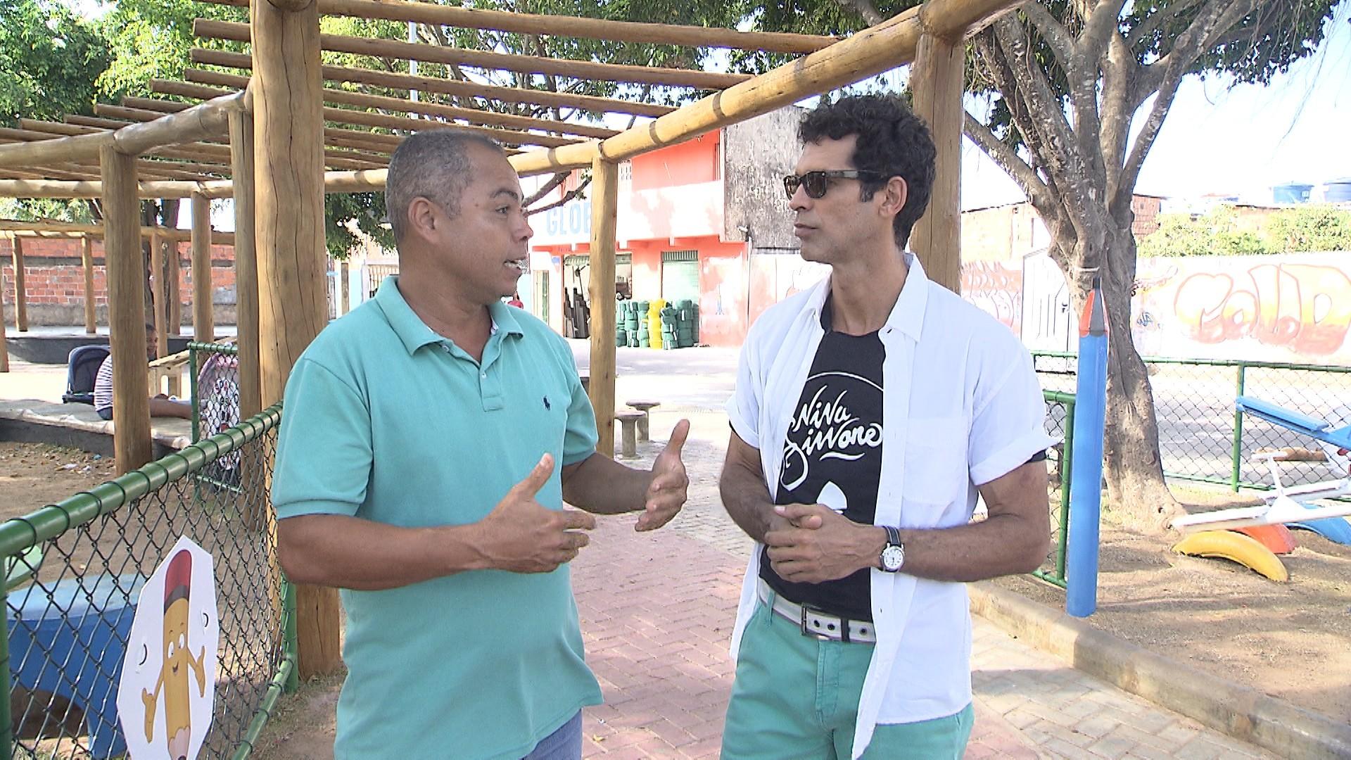 Jackson Costa entrevista Carlos Santos, líder comunitário do Bairro da Paz (Foto: Divulgação)