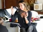 Carol Marra, que já foi produtora de moda do Paparazzo, posa para o site