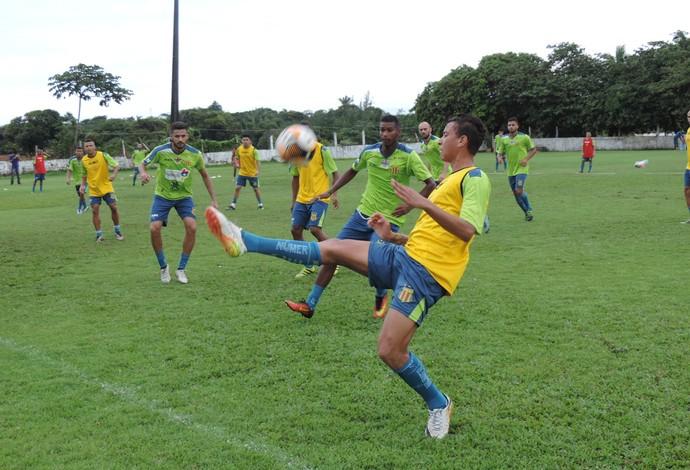 Volante Marcílio chegou de empréstimo junto ao Santa Cruz e se lesionou antes de estreia (Foto: Sampaio /  Divulgação)
