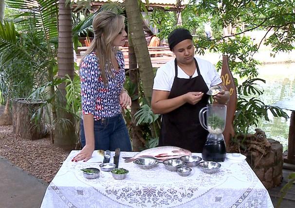 Vivian Padovan apresenta a receita de peixe pantaneiro (Foto: Reprodução/TV Fronteira)