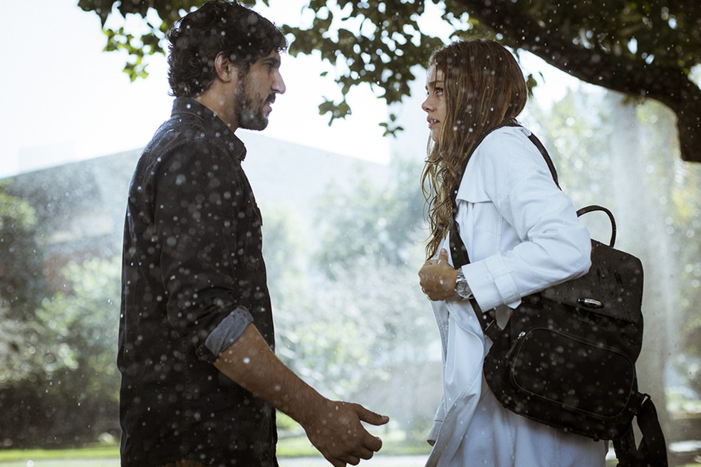 Renato e Alice em mais um reencontro de tirar o fôlego! (Foto: Raphael Dias/Gshow)