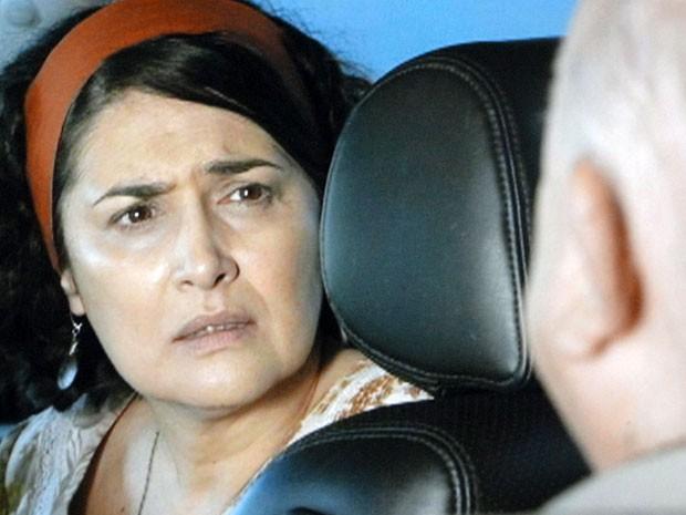 Adília se submete à vontade de Dionísio (Foto: Flor do Caribe / TV Globo)