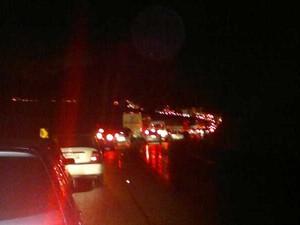 Trânsito lento na Dutra, em Barra Mansa, RJ, por causa da manifestação dos caminhoneiros (Foto: Wandel Garcia)