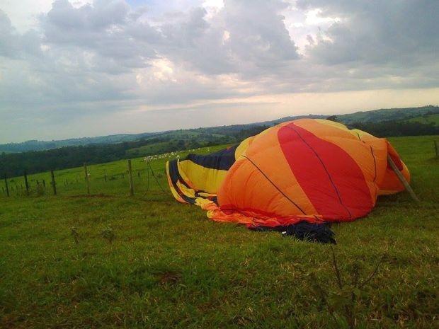 Pouso de balão em área rural de Campinas deixou feridos, no sábado (Foto: Bárbara Campos)