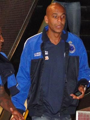 Alex Silva, zagueiro do Cruzeiro, desembarca em Curitiba (Foto: Marco Antônio Astoni / Globoesporte.com)