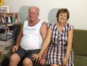 Pai e mãe do goleiro Victor (Foto: João Paulo Tilio / Globoesporte.com)