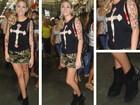 De perna de fora, Luma Costa grava em mercadão popular no Rio