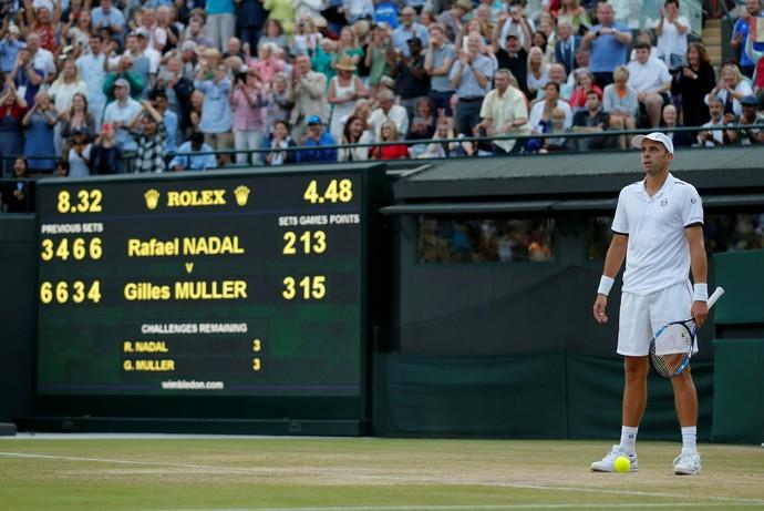 Gilles Muller no momento da vitória por 15/13 no 5º set sobre Rafael Nadal em Wimbledon (Foto: REUTERS/Matthew Childs)