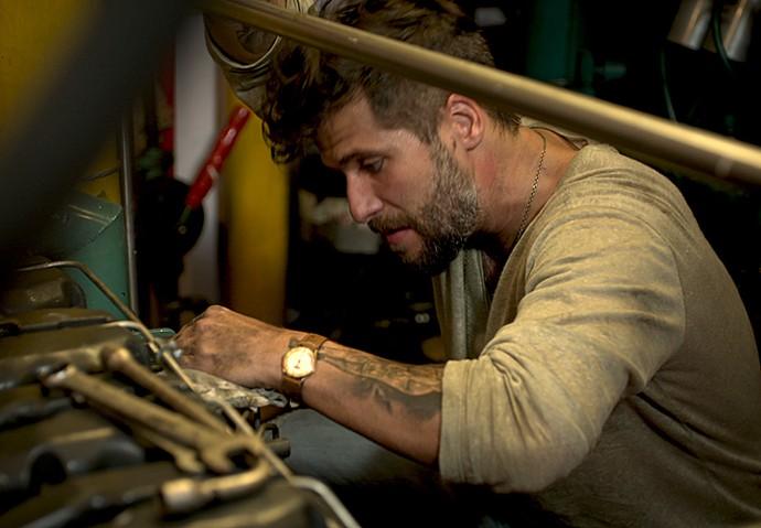 Mario conserta o barco de Alice (Foto: TV Globo)