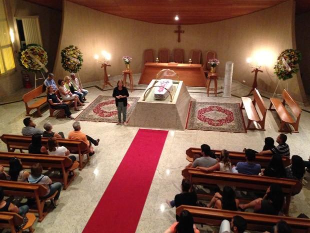 Irmã de Nelson Ned canta 'Tudo passará' durante cerimônia (Foto: Lais Catassini/G1)