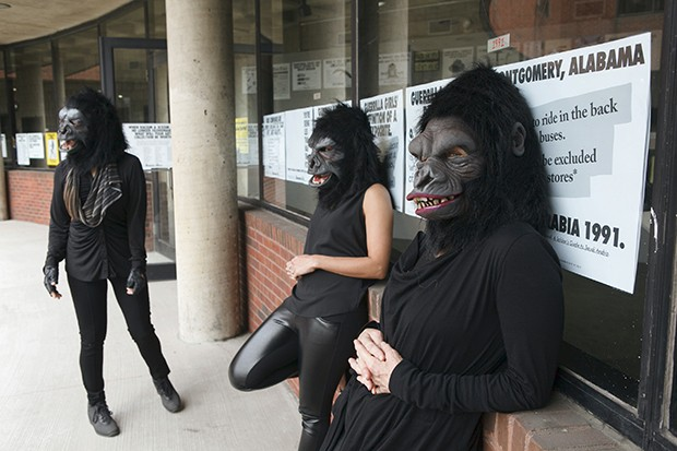 As integrantes do coletivo Guerrilla Girls mantêm o anonimato usando máscaras.  (Foto: Andrew Hideraker, © Guerrilha Girls)