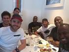 No Rio, Neymar posa durante almoço com Thiaguinho e Rafael Zulu