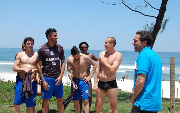 Grupo do Grêmio treina na praia, no rio (Foto: Bruno Junqueira, Divulgação/TXT Assessoria)