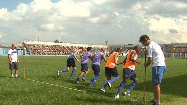 Jogadores treinam no Monte Azul (Foto: Valdinei Malaguti)