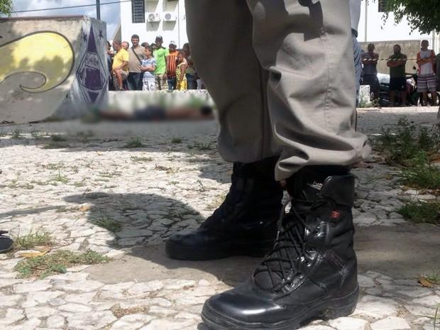Homicídio foi registrado em uma praça no bairro Tibiri II, em Santa Rita (Foto: Walter Paparazzo/G1)