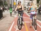 Ju Isen e Indianara Carvalho cruzam a Avenida Paulista de bicicleta e aprovam ciclovia