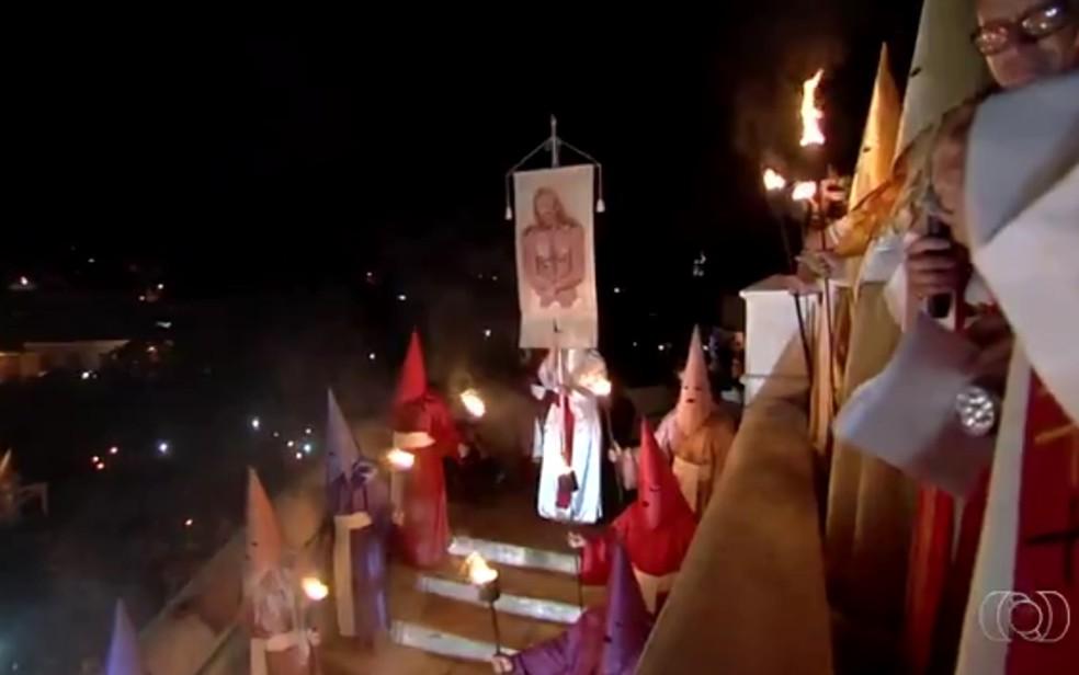 Procissão do Fogaréu na cidade de Goiás (Foto: Reprodução/ TV Anhanguera)