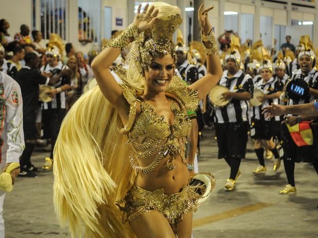 A atriz Paloma Bernardi surge loira como rainha de bateria da Acadêmicos do Grande Rio (Foto: G1/Alexandre Durão)