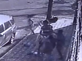 Após assalto, mulher corre em buca de ajuda (Foto: Polícia Civil/Divulgação)