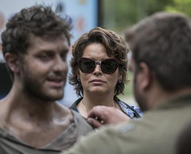 Beatriz fica chocada ao ver a situação de Léo (Foto: Inácio Moraes/Gshow)