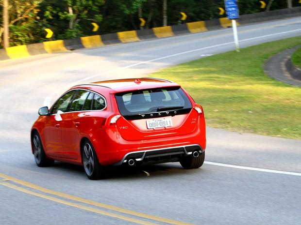Volvo V60 R-Design chega em duas versões T5 (2.0) e uma versão T6 (3.0) (Foto: Divulgação)