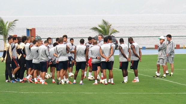Abel Braga com o grupo do Fluminense na Urca (Foto: Rafael Cavalieri / Globoesporte.com)
