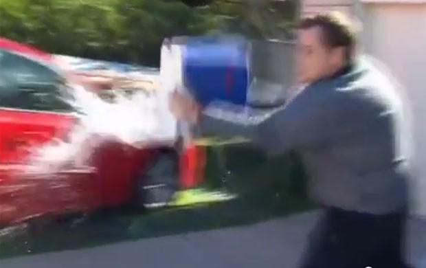 Irritado, entrevistado jogou água em repórter que fazia perguntas  (Foto: Reprodução/YouTube/TonyCentral)