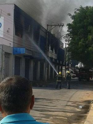 Fogo atinge fábrica de sapatos em Nova Serrana (Foto: Everson Luis Teixeira/Divulgação)