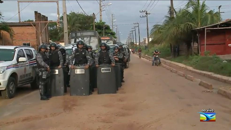 Policiais em um protesto, entre tantos na cidade de São José de Ribamar, por reclamação de falta de infraestrutura (Foto: Reprodução/ TV MIrante)