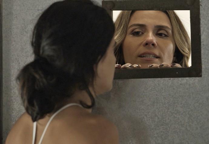 Atena surpreende Tóia e propõe que as duas se unam para acabar com a vida de Romero (Foto: TV Globo)
