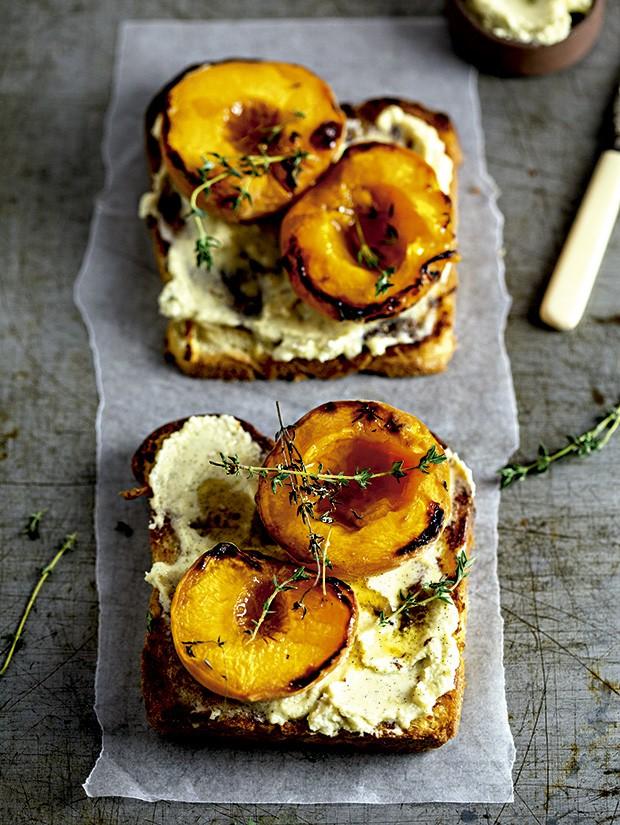 Brioche com mascarpone de baunilha e pêssegos tostados com tomilho: sobremesa original e fácil de fazer (Foto: StockFood/Great Stock!)