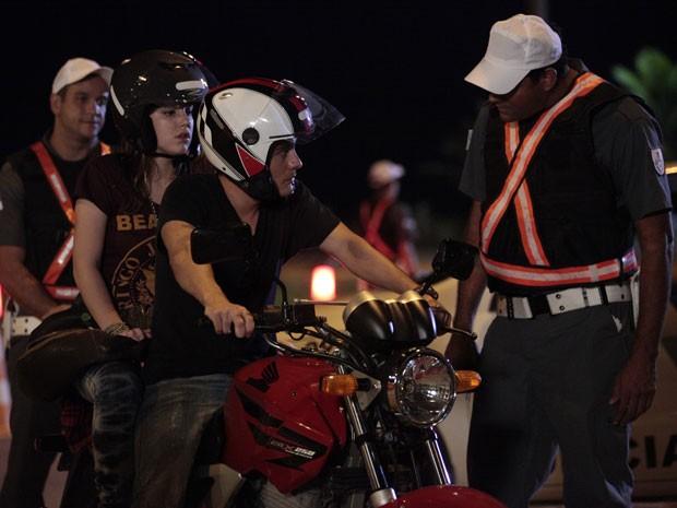 Os policias fazem perguntas a Vitor e pedem os documentos do rapaz (Foto: Malhação / Tv Globo)