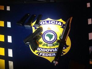 Homem é detido com arma carregadao e facão na serra de Petrópolis (Foto: Divulgação/PRF)