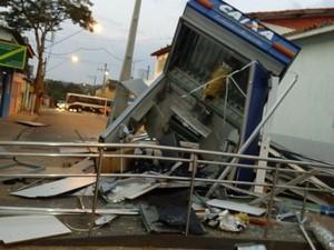 Grupo explode caixa eletrônico e troca tiros com PM em Araçoiaba da Serra (Foto: PM/Divulgação)