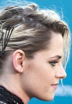 Kristen Stewart exagera nos grampos em visual para première nos EUA