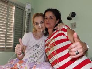 Aline e a mãe Teresa: pensamento positivo de recuperação (Foto: Alan Schneider / G1)