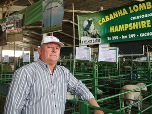 Criador de ovelhas da raça Hampshire, Pedroso participa há nove anos da Expointer (Foto: Felipe Truda/G1)