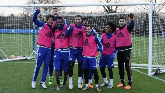 Pato comemora Willian treino do Chelsea (Foto: Reprodução Twitter)
