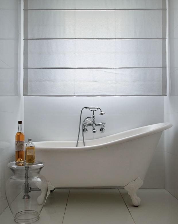 apartamento-duplex-Fernanda-Pessoa-de-Queiroz-banheiro-banheira-neutro (Foto: Denilson Machado/MCA Estúdio/Editora Globo)