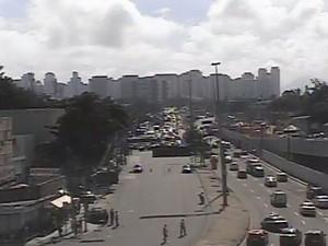 Imagens da câmera CET-Rio do local onde acontece assalto (Foto: Reprodução/Centro de Operações da Prefeitura)