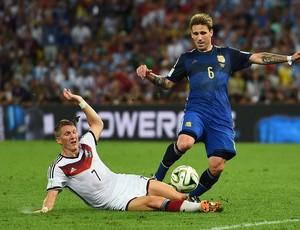 Lucas Biglia durante jogada com Schweinsteiger no Maracanã