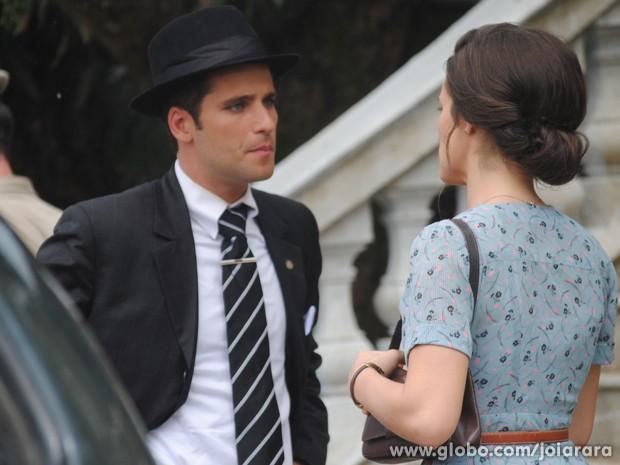 Franz leva Amélia até o Fórum e conta a novidade (Foto: Joia Rara/TV Globo)