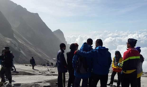 Grupo espera por helicópteros para deixar a região (Foto: Reprodução / Facebook / Charlene Dmp)