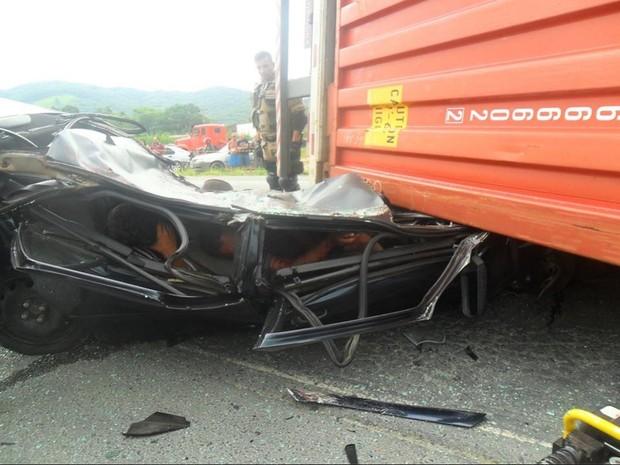 Os três suspeitos saíram do acidente apenas com ferimentos leves (Foto: Bombeiros Voluntário de Navegantes/Divulgação)