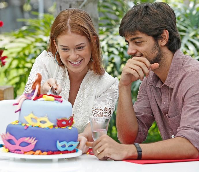 Marina Ruy Barbosa corta um pedaço do bolo feito por Felipe Simas (Foto: Raphael Dias / Gshow)