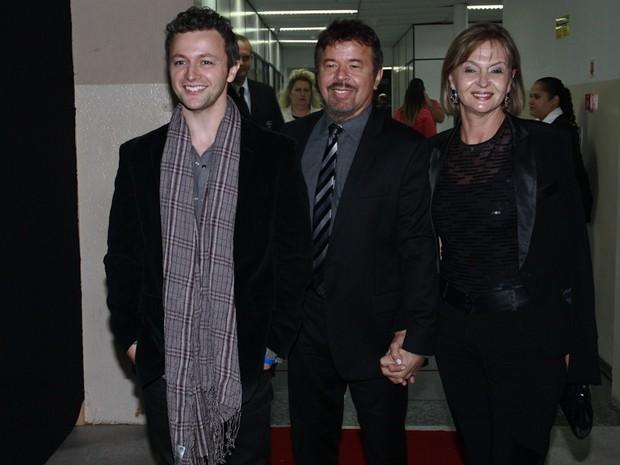 Lucas Lima com os pais, José Carlos e Lorena, em programa de televisão em São Paulo (Foto: Cláudio Augusto/ Foto Rio News)