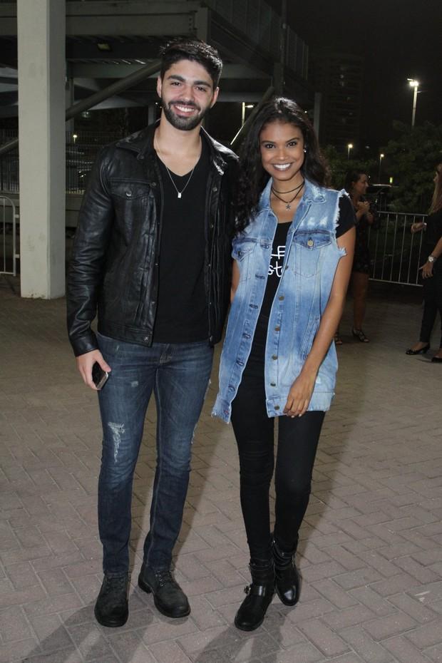 Aline Dias e o namorado (Foto: Thyago Andrade/Brazil News)